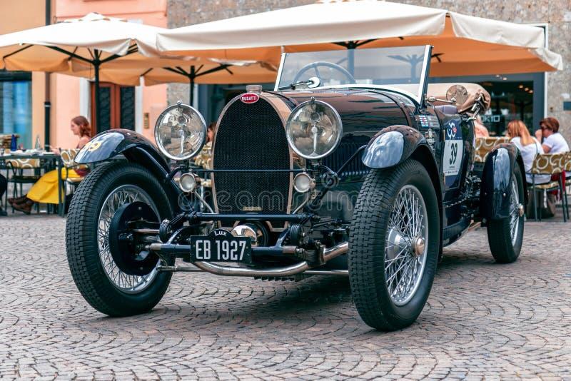 Miglia 1000 2017, Brescia - Italien Maj 17, 2017: Den historiska Mille Miglia biltävlingen Sport 1928 för tusen dollar för BUGATT royaltyfri foto