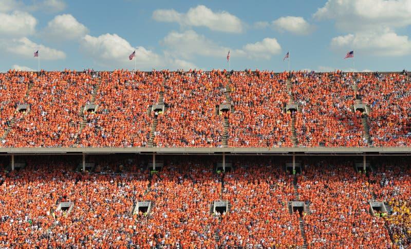 Migliaia di gente si sono vestiti in arancio fotografia stock