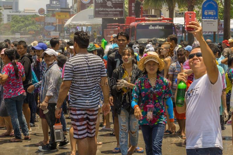 Migliaia di gente stavano celebrando l'ultimo giorno di Songkran fotografia stock