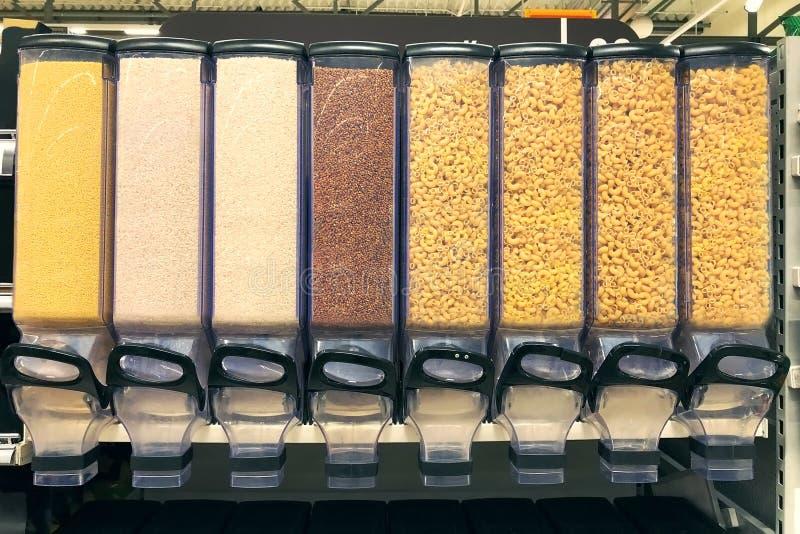 miglio, riso, grano saraceno, pasta negli erogatori dei contenitori immagine stock