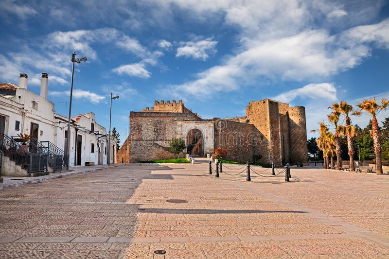 Miglionico Matera, Basilicata, Italien: stadfyrkanten med arkivbild