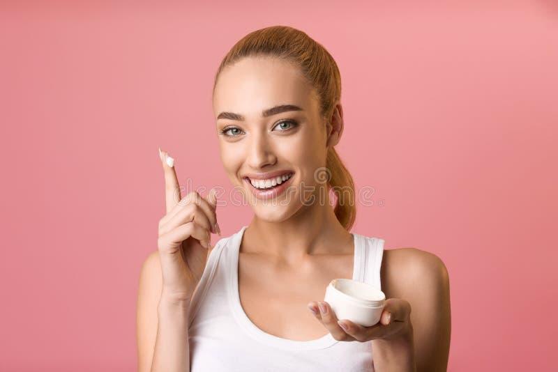 Miglior prodotto per la cura della pelle Donna con barattolo di crema di umidità fotografia stock