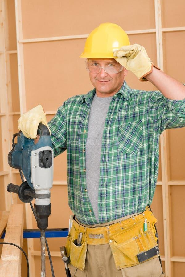 Miglioramento domestico del tuttofare che funziona con il jackhammer immagine stock libera da diritti