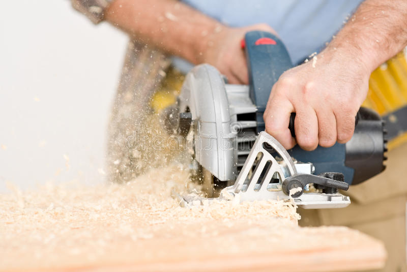Miglioramento domestico - il tuttofare ha tagliato il legno con il puzzle immagine stock