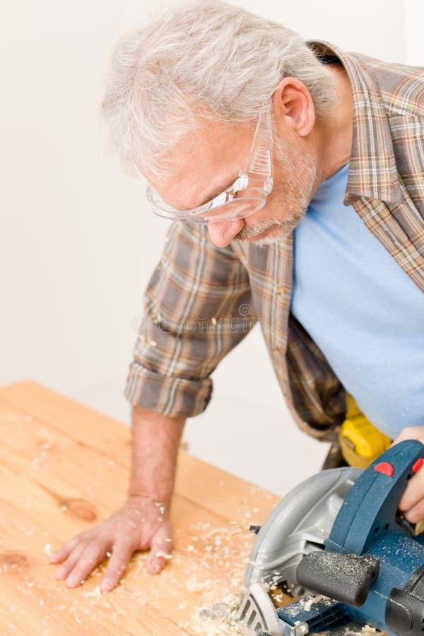 Miglioramento domestico - il tuttofare ha tagliato il legno con il puzzle fotografie stock