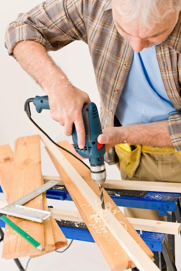 Miglioramento domestico - legno di perforazione del tuttofare fotografia stock