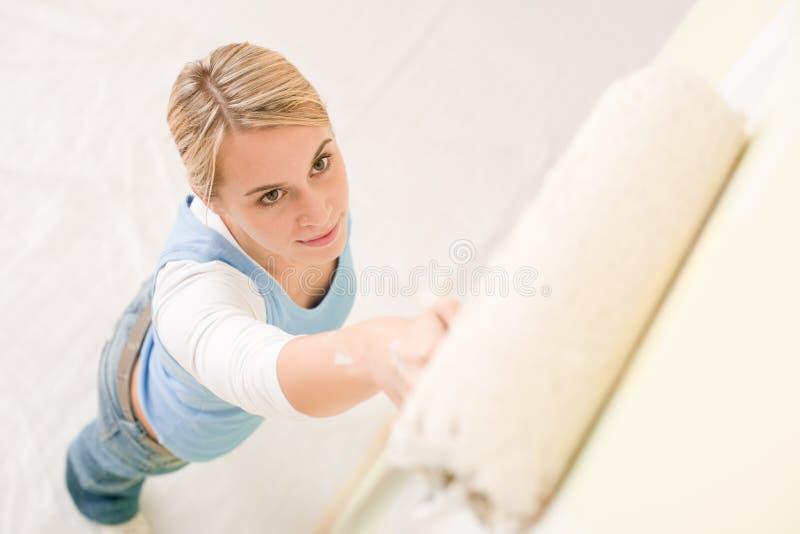 Miglioramento domestico - parete handywoman della pittura fotografia stock