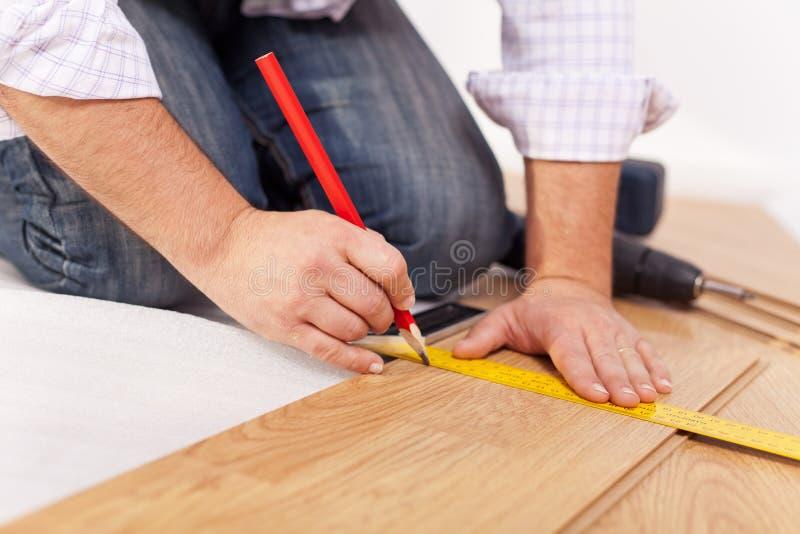 Miglioramento domestico - porre pavimentazione laminata immagine stock libera da diritti