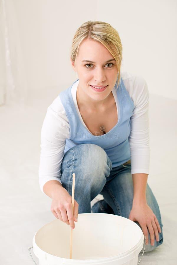 Miglioramento domestico - vernice mescolantesi handywoman immagini stock libere da diritti
