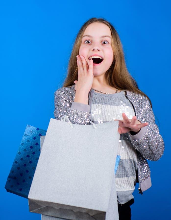 Migliori affari neri di venerd? Bambino felice in negozio con le borse L'acquisto ? migliore terapia Felicit? di compera di giorn immagine stock libera da diritti