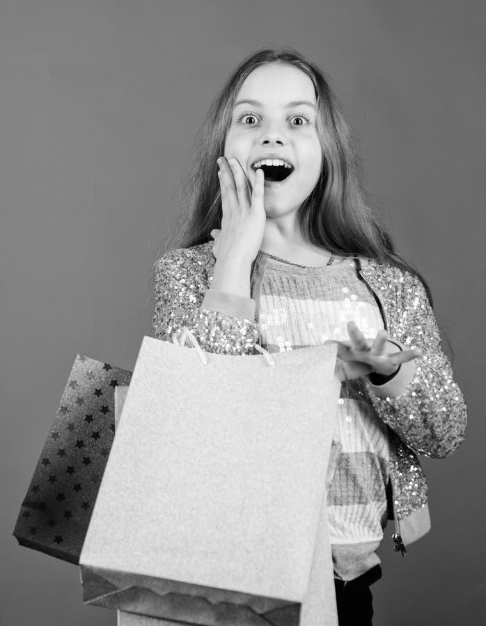 Migliori affari neri di venerd? Bambino felice in negozio con le borse L'acquisto ? migliore terapia Felicit? di compera di giorn fotografie stock