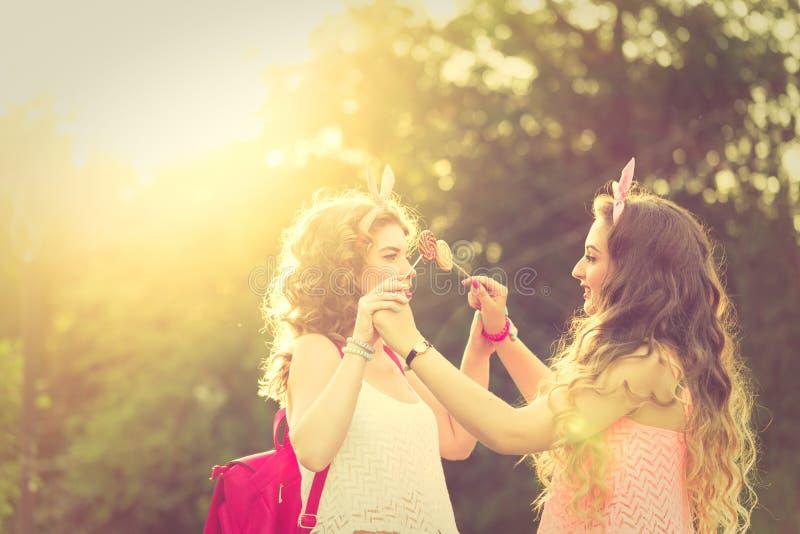 Migliori amiche che giocano con le lecca lecca tramonto for Disegni di due migliori amiche