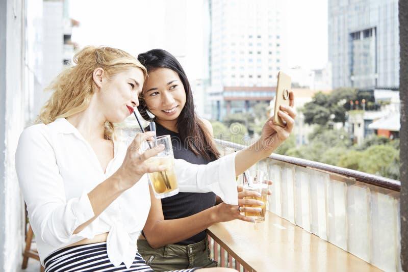 Migliori amici che prendono selfie fotografia stock