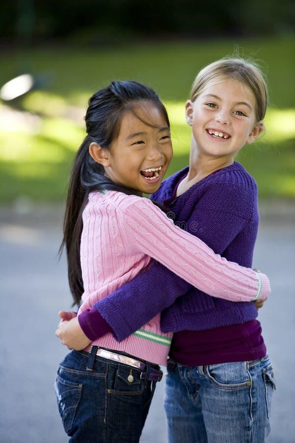 Migliori amici che sorridono e che abbracciano fotografie stock