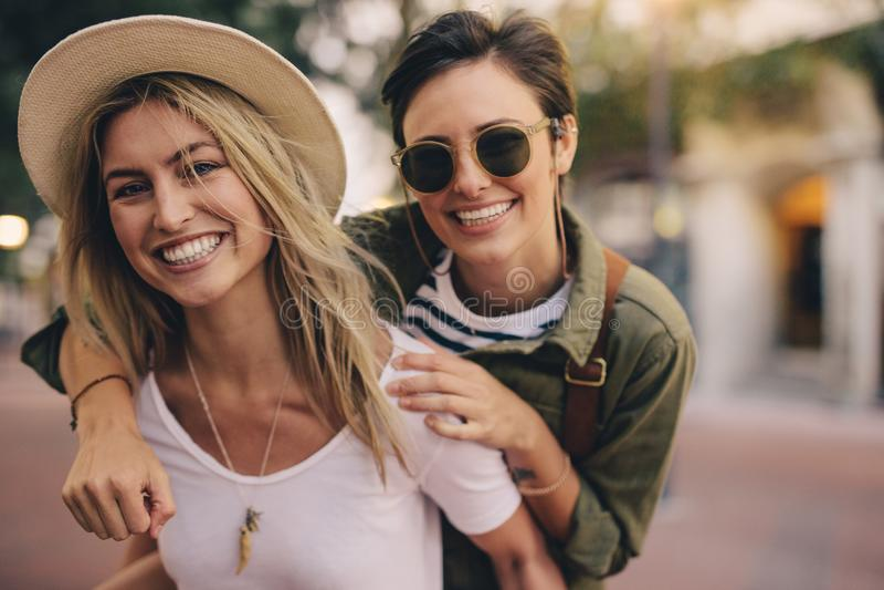 Migliori amici divertendosi all'aperto immagini stock libere da diritti
