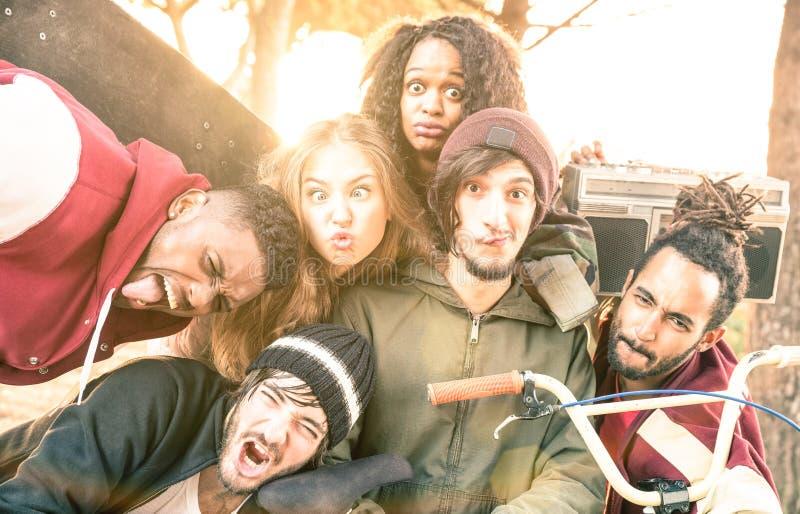 Migliori amici divertendosi prendendo selfie al concorso del parco del pattino del bmx fotografie stock
