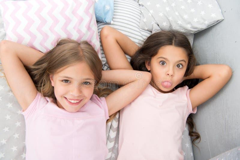 Migliori amici per sempre Consideri il pigiama party di tema Tradizione senza tempo di infanzia del pigiama party Ragazze che si  fotografie stock