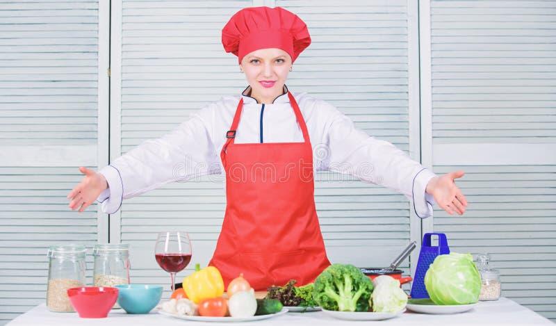 Migliori l'abilit? culinaria Benvenuto alla mia manifestazione culinaria Cappello e grembiule graziosi di usura del cuoco unico d fotografie stock