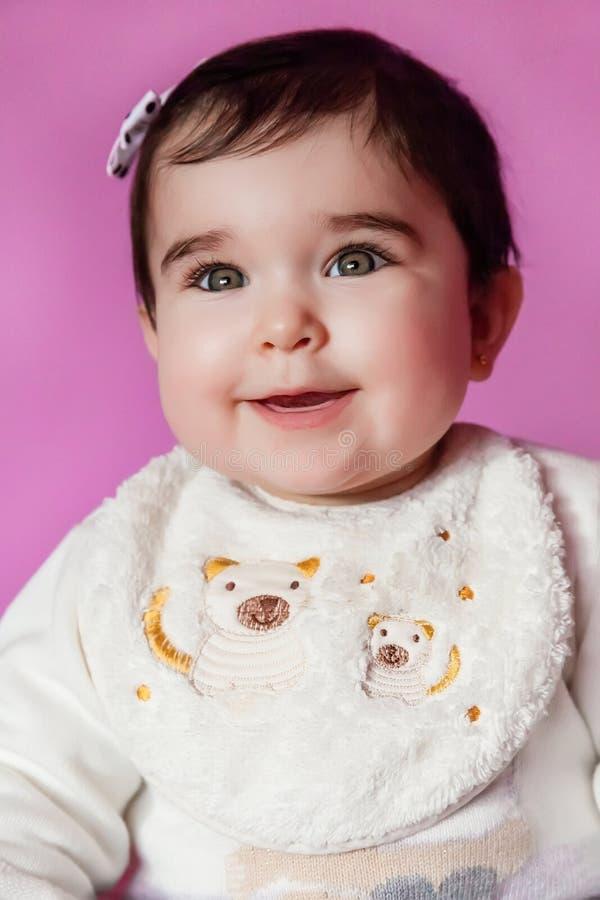 Mignon, assez et portrait de sourire de bébé heureux photo stock