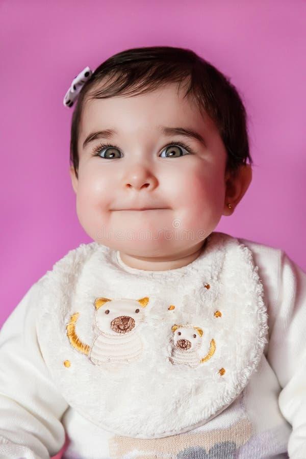 Mignon, assez et portrait de sourire de bébé heureux portant un arc dans les cheveux photographie stock