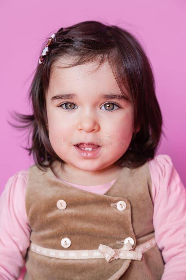 Mignon, assez et portrait de sourire d'enfant en bas âge heureux de bébé image stock