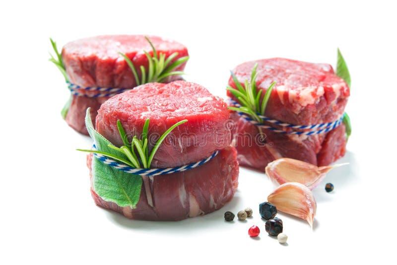 Mignon crudo de los filetes de prendedero de la carne de vaca en el fondo blanco imagenes de archivo