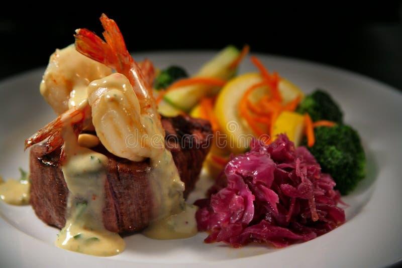 Mignon de faixa da carne com camarão e Veggies fotografia de stock royalty free