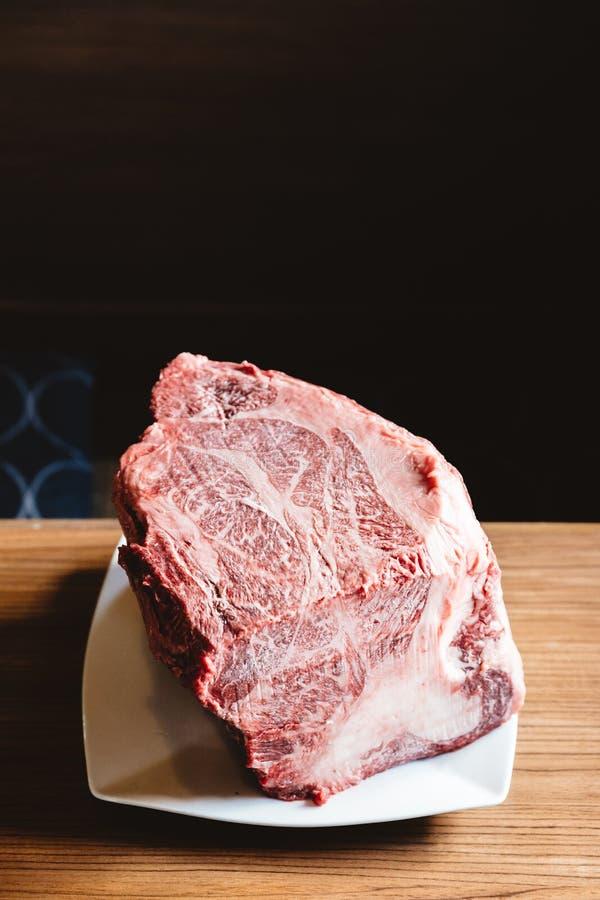 Mignon de faixa japonês da carne de Wagyu da categoria A5 autêntica rara com textura alto-marmoreada Sem ossos e suculento para f foto de stock royalty free