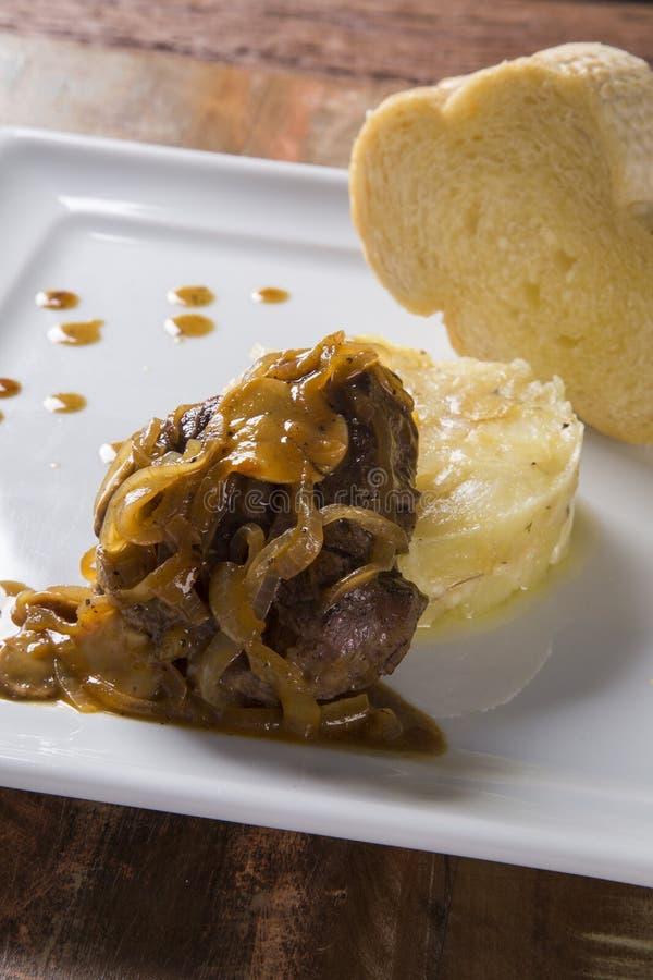 Mignon de filet avec les pommes de terre de sauté/boeuf de bifteck avec la FRU de passion photo stock