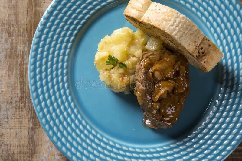 Mignon de filet avec les pommes de terre de sauté/boeuf de bifteck avec la FRU de passion photo libre de droits
