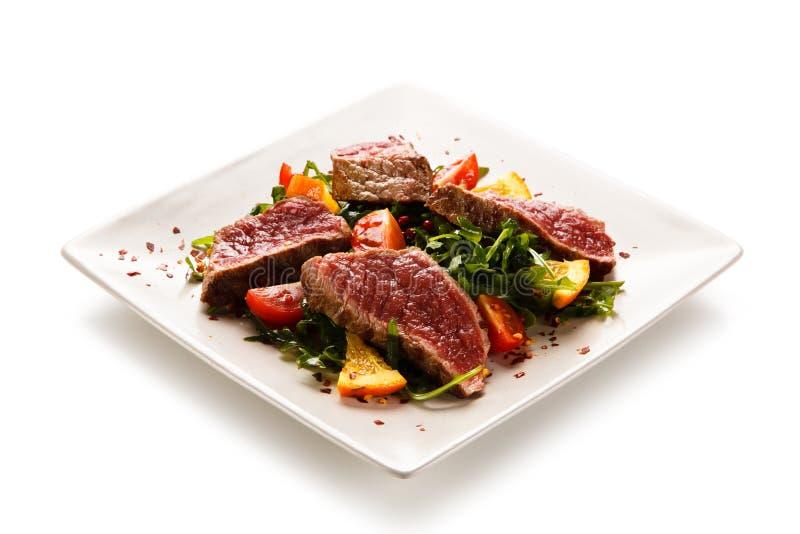 Mignon de filet - bifteks grillés avec des légumes images libres de droits