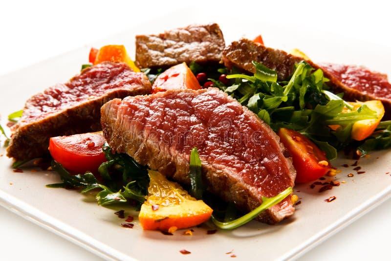 Mignon de filet - bifteks grillés avec des légumes images stock