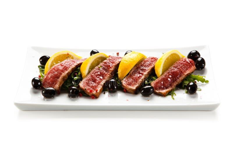Mignon de filet - bifteks grillés avec des légumes photo libre de droits