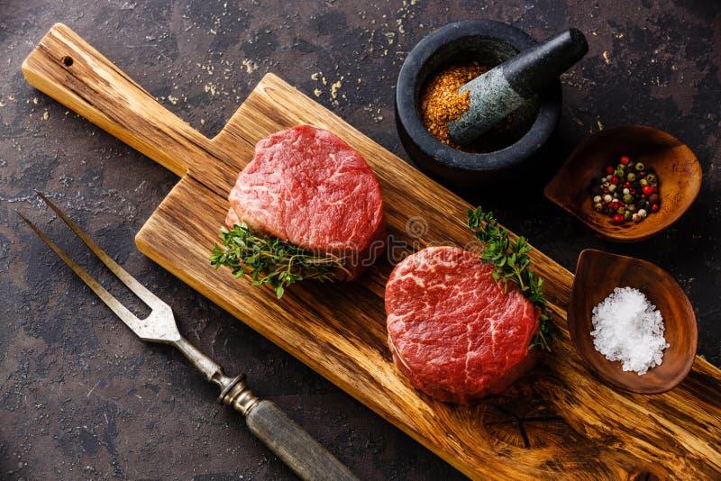 Mignon e condimenti di raccordo della bistecca della carne cruda fotografia stock