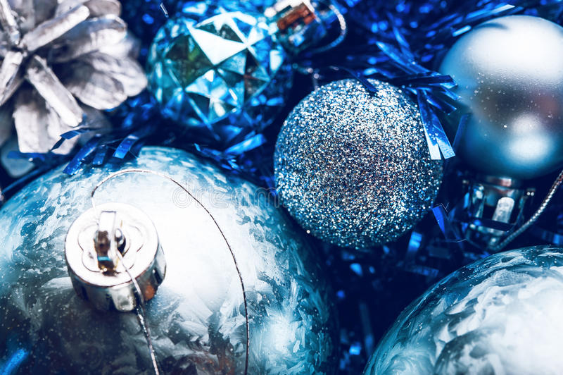 Migocące błyszczące Bożenarodzeniowe piłki na choince obrazy stock