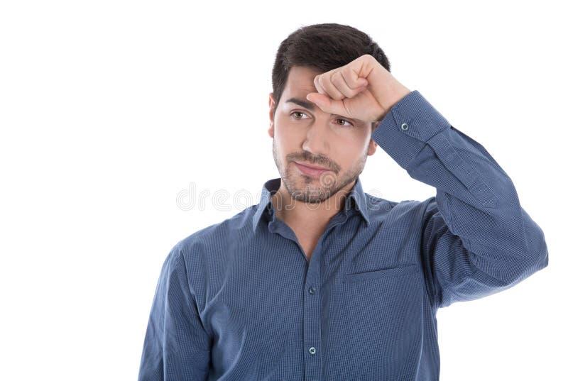 Migrän: ung affärsman med huvudvärk i den isolerade blåa skjortan royaltyfri fotografi