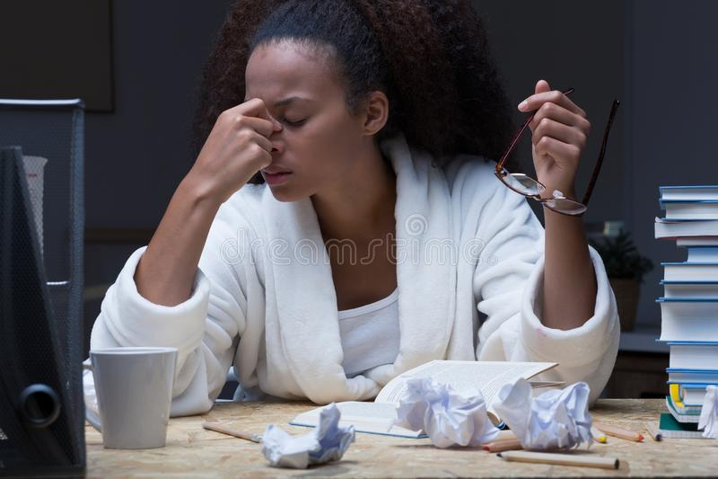 Migräne am Abend stockbild