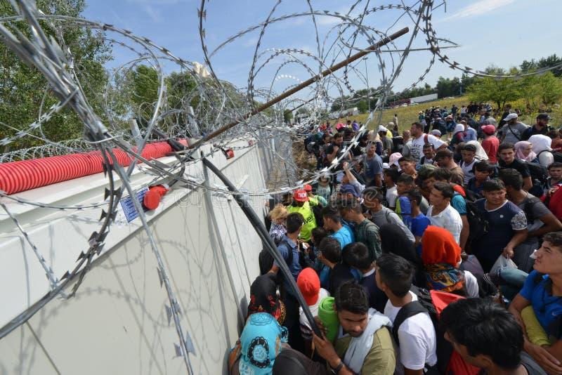 Migranten van Midden-Oosten die bij Hongaarse grens wachten royalty-vrije stock afbeeldingen