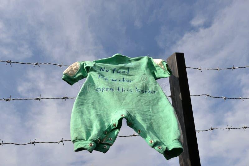 Migranter från Mellanösten som väntar på den ungerska gränsen royaltyfri fotografi