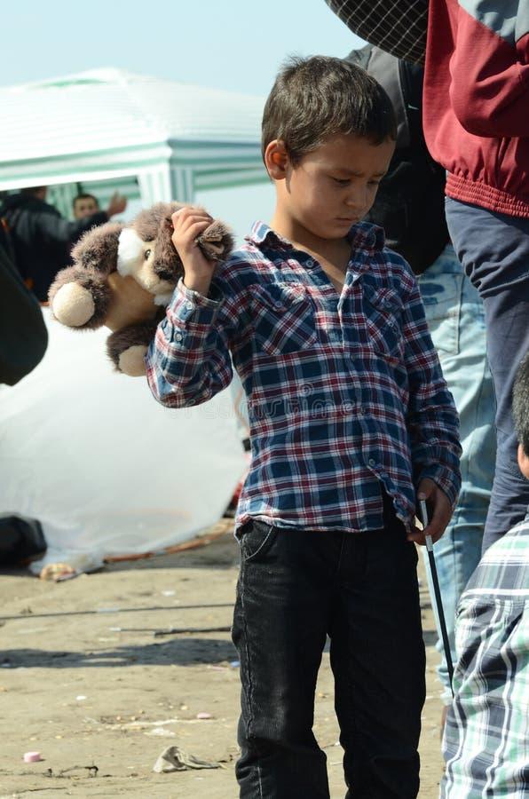 Migrants d'enfant avec le jouet photographie stock