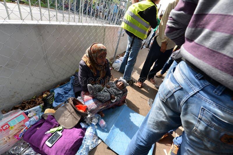 Migrants de Moyen-Orient attendant à la frontière hongroise photographie stock libre de droits