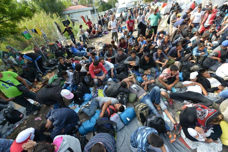 Migrants de Moyen-Orient attendant à la frontière hongroise images stock