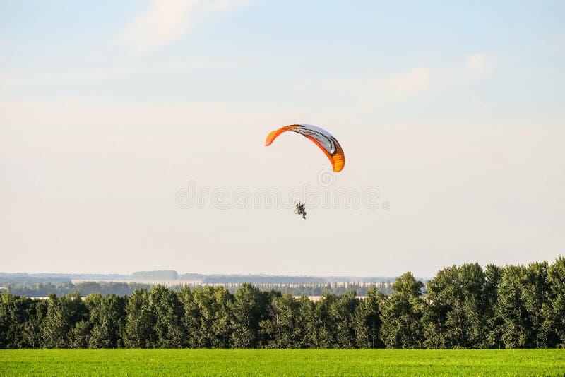 Migrar no planador do motor sobre as partes superiores de árvores verdes Festival do ` Nebosvod da aeronáutica do ` de Belogorie imagem de stock royalty free