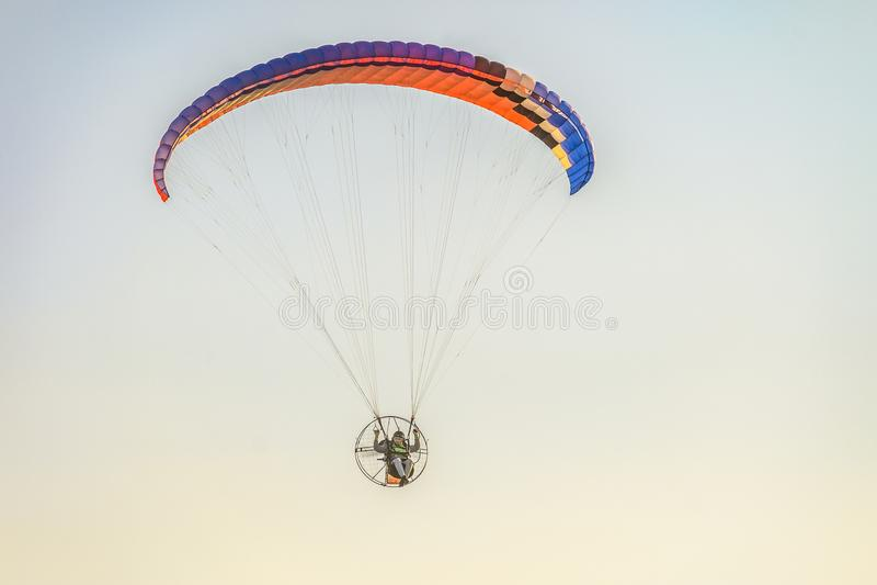Migrar no planador do motor sobre as partes superiores de árvores verdes Festival do ` Nebosvod da aeronáutica do ` de Belogorie foto de stock
