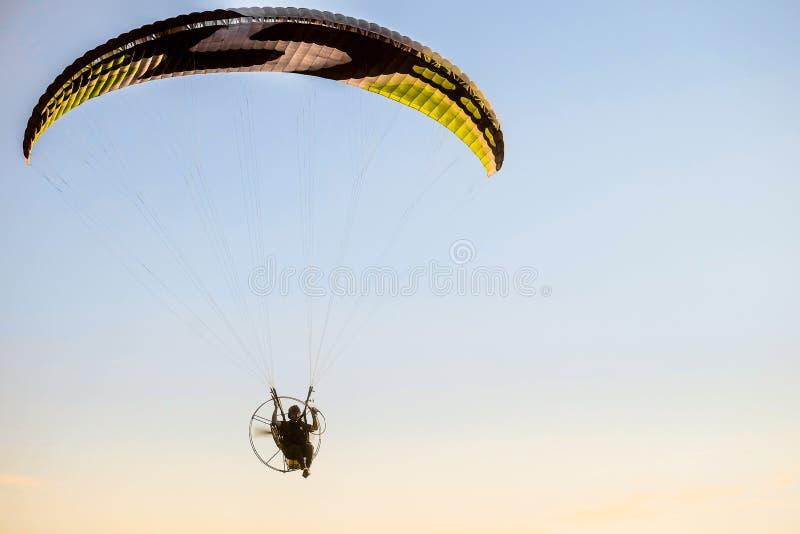 Migrar no planador do motor sobre as partes superiores de árvores verdes Festival do ` Nebosvod da aeronáutica do ` de Belogorie imagens de stock