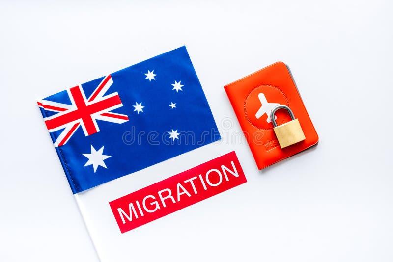 Migratie naar Australië Australische vlag nabij paspoort en slot op witte ondergrond top-down stock afbeeldingen
