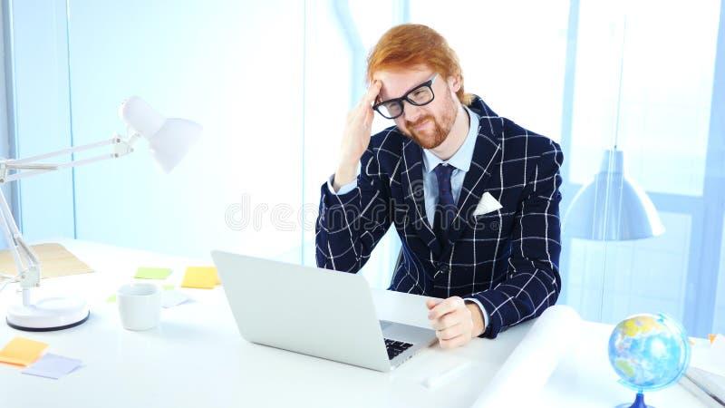 Migrena, czasu mężczyzna przy pracą z frustracją obraz royalty free