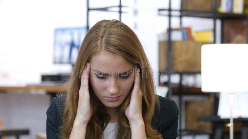 Migrena, frustracja, napięcie, Zaakcentowana dziewczyna przy pracą w biurze zdjęcie stock