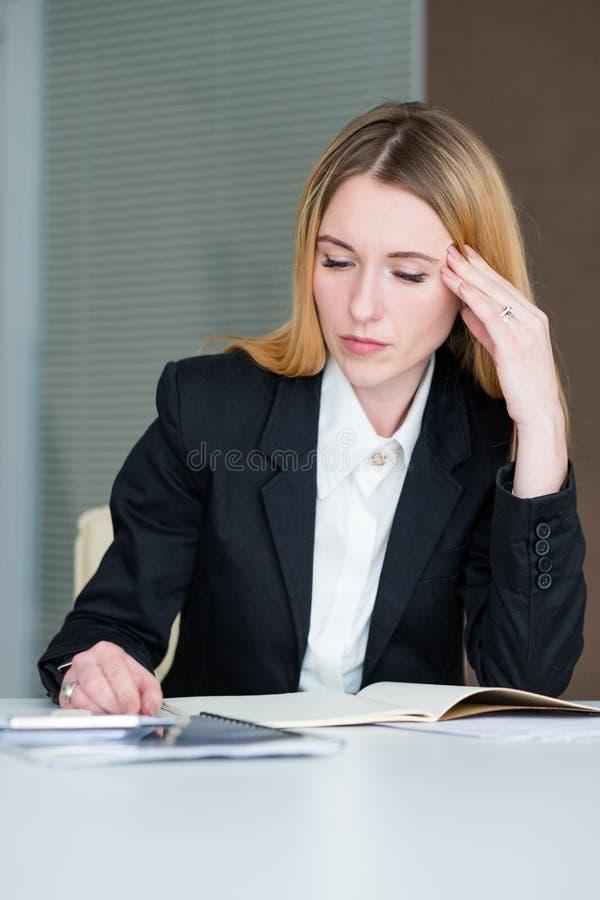 Migrena stresu nużenia damy biznesowa praca zdjęcia stock