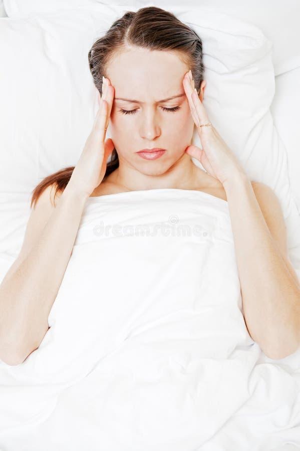 migreny łóżkowa łgarska kobieta obraz royalty free